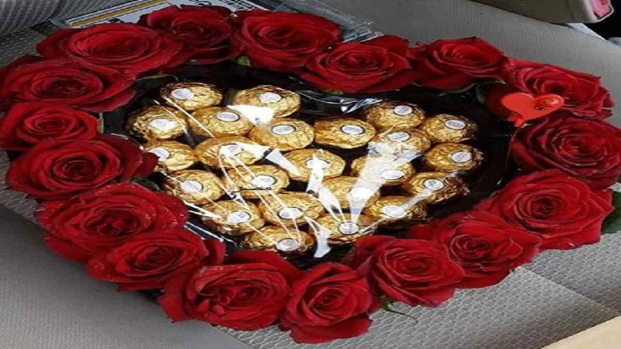 بوكيه ورد احمر مع شوكولاتة